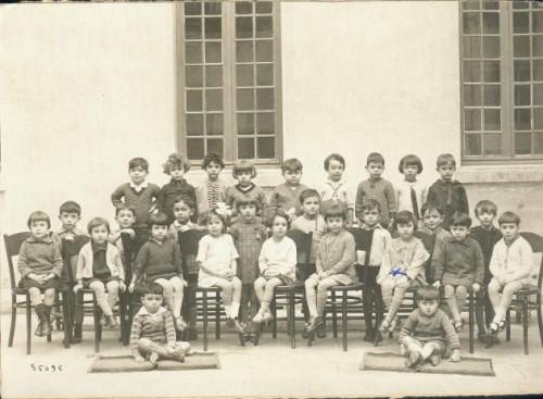 """Lycée dit """"d'en bas"""" le jardin d'enfants en 1927..."""